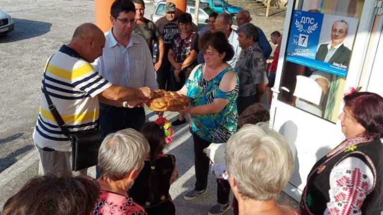 Водачът на ДПС в Ямбол Петър Чобанов разговаря с жители на с. Маломир