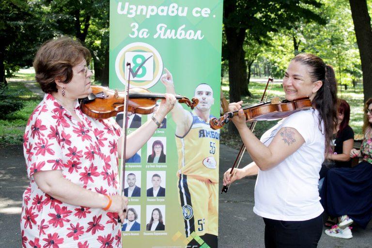 Татяна Дончева свири на цигулка в ямболския парк в музикално предизвикателство
