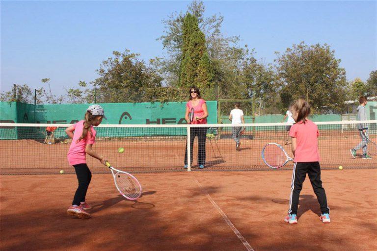 Мануела Малеева с безплатен тенис урок за деца в Ямбол
