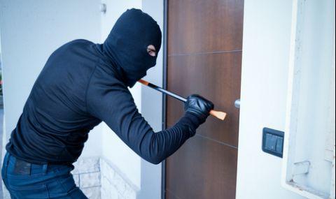 Крадец нахлу в жилище, докато майка и дъщеря спят и…