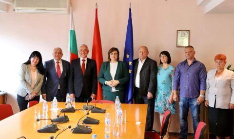 Нинова връчи членски карти на бесарабски българи, основали организация на БСП в Молдова